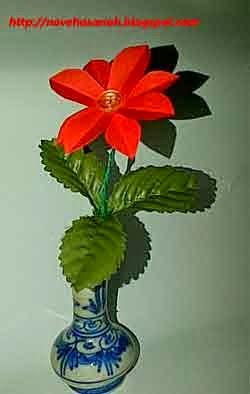 bunga dari kancing baju dan kertas bekas