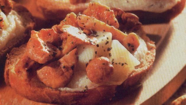 poza paine crocanta cu Chanterelle, o felie de paine crocanta cu ciuperci si branza de oaie , condimentata cu oregano.