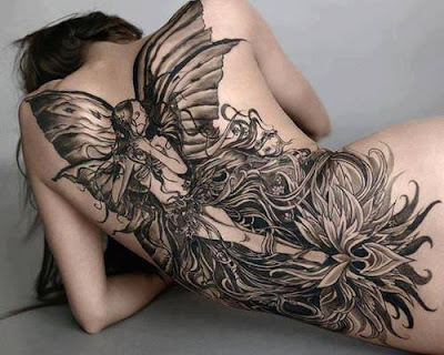 Tatuaje femenino de hada gigante en la espalda