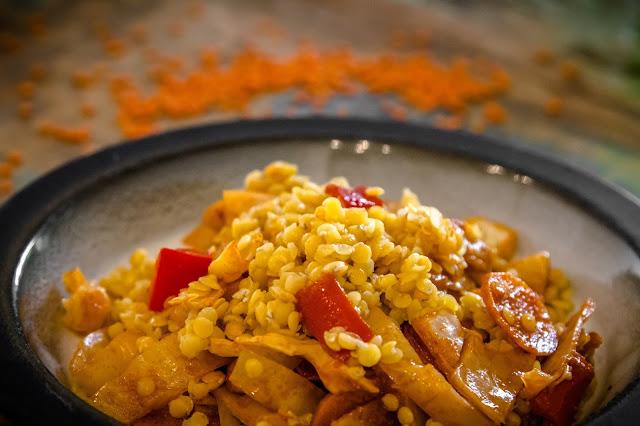 Pfannengericht mit Karotten und roten Linsen