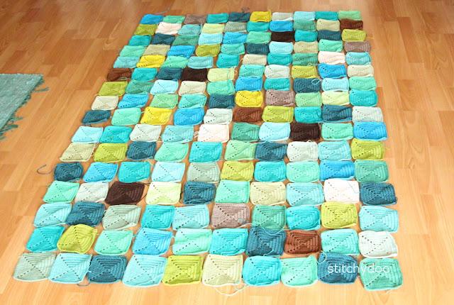 Häkeldecke aus bunten Granny Squares - Auslegevariante 1: Durcheinandergewürfelt