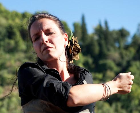 Ana Cavos:Énekes, táncos, koreográfus, a társulat alapítója