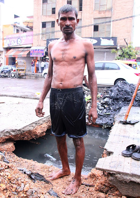 Think You've Got A Bad Job? Indian 'Sewer Diver' Paid Just £3.50 A Day  To Unclog Delhi's Drains
