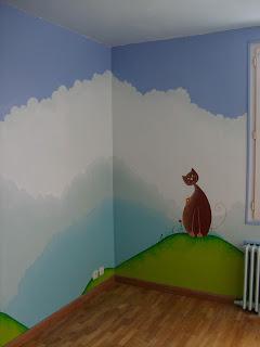 peinture sur un mur de chambre d'enfant nuages maison et chat style naïf par mimi vermicelle tout son univers créatif
