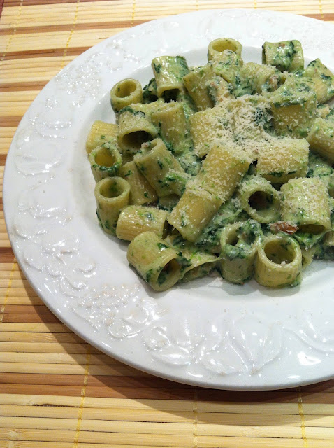 Rigatoni con espinacas, nueces y mozzarella