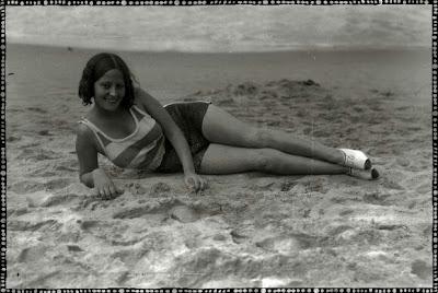 foto antigua de chica bañista en playa de san sebastian