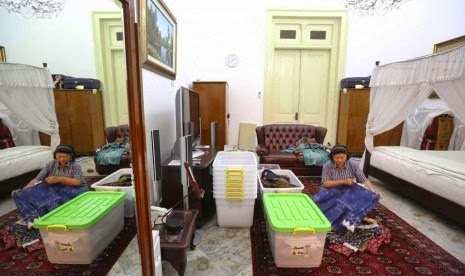 Ibu Ani Yudhoyono Mengemas Barang yang ada di Istana Negara
