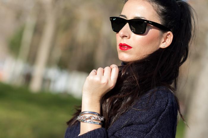 Pulsera de eslabones de plata de LEONTINA ALASCIO con gafas Ray-Ban Wayfarer negras polarizadas Labios Rojos