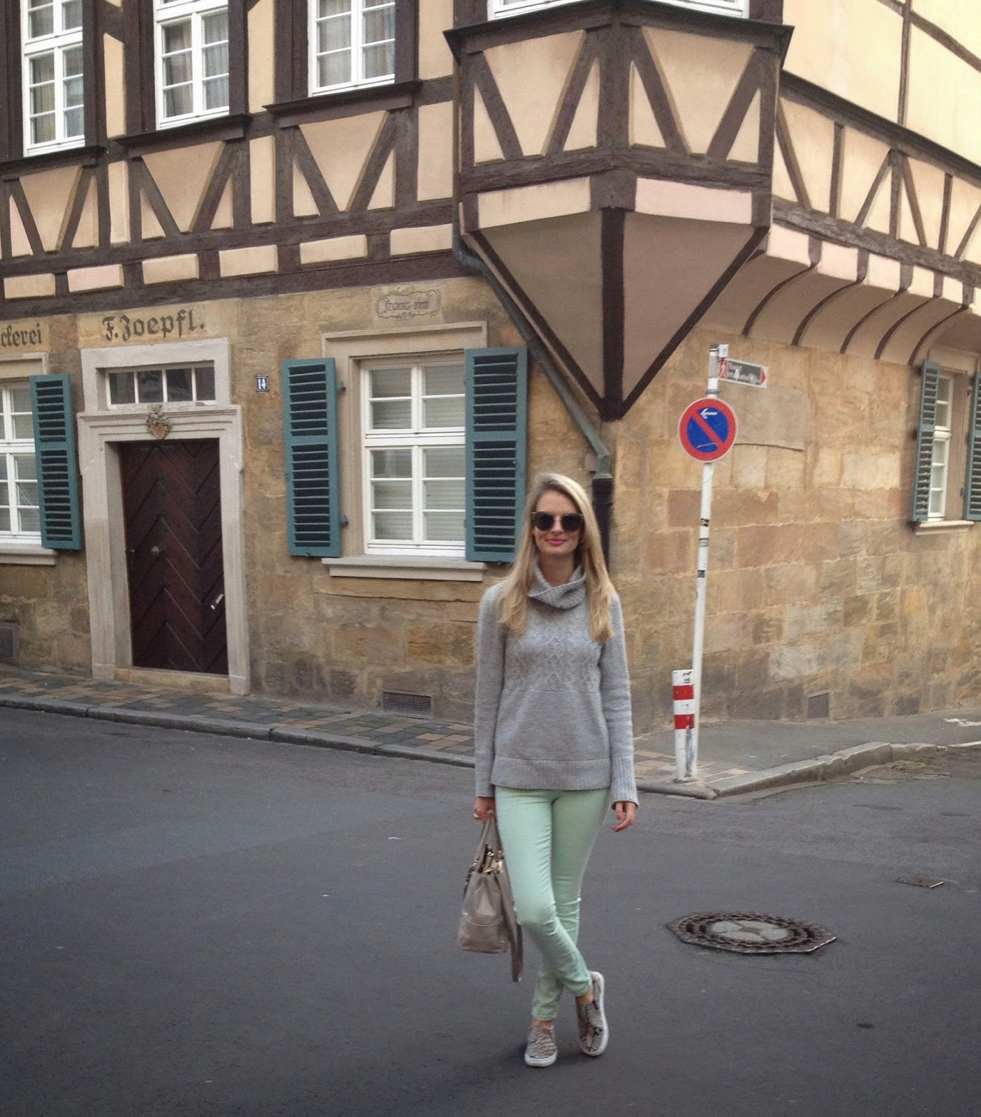Guess, guess jeans, guess pants, fashion blogger, german blogger, bamberg, bamberg street style, street style, gap, gap jumper, miu miu sunglasses, grey jumper, prada bag, frankonia, gingerbread house