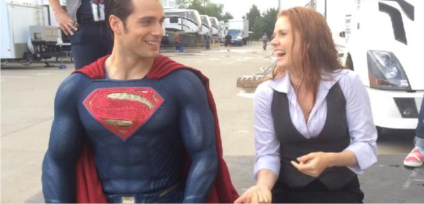 Henry Cavill e Amy Adams aceitam o desafio do balde de gelo no set de filmagem de Batman v Superman: Dawn of Justice