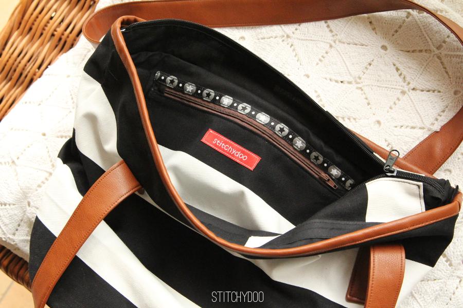 Markttasche als Handtasche mit Reißverschluss, schwarz/weiß getreift