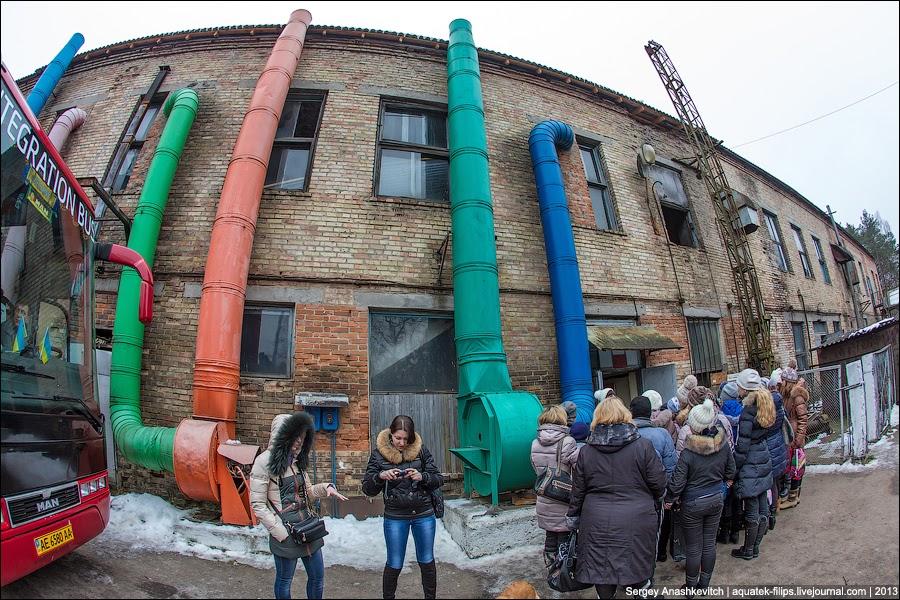 веселыми разноцветными трубами.