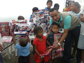 Regidor SDN entrega cientos de juguetes a niños del Club de Ajedrez Los Guaricanos
