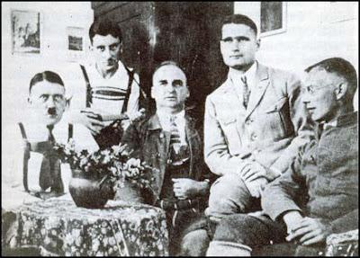 1924 Adolf Hitler, Emil Maurice, Hermann Kriebel, Rudolf Hess  dan Wilhelm Brückner di kastil Landsberg.