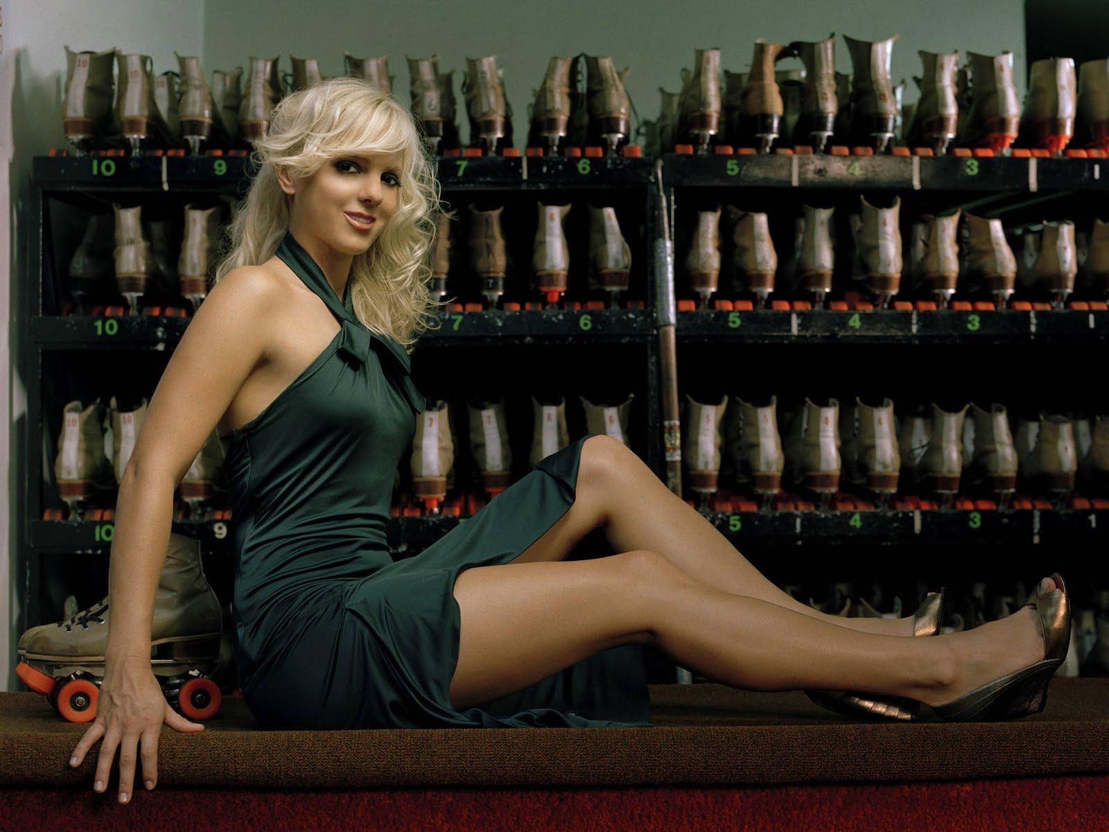 http://1.bp.blogspot.com/-XrwpTDKWNr0/TqwoB5N75xI/AAAAAAAAArg/E4-7GetdCeU/s1600/Anna_faris_hd_wallpaper_long_legs.jpg