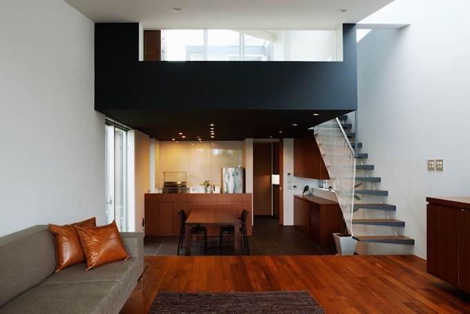 ruang tamu dengan tangga ke tingkat atas