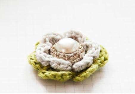Flor tejida al crochet ocn centro con detalle de perla paso a paso