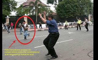 Pose Polisi Aneh Dan Lucu Yg Tertangkap Kamera