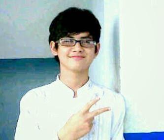 Foto Aliando Syarief Ganteng Memakai Kacamata