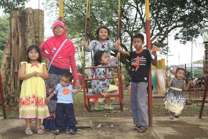 Anak-anakku bersama sepupu-sepupunya di Taman Lalu Lintas Bandung Juli