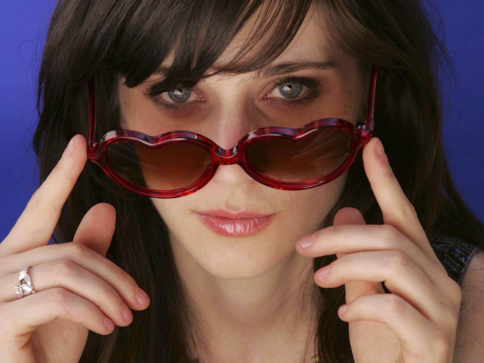 http://1.bp.blogspot.com/-XtSusd-Vyq0/TbDKjj59sKI/AAAAAAAAABA/nqZKCtD6JAU/s1600/zooey_deschanel_glasses_desktop_wallpaper_87670.jpg