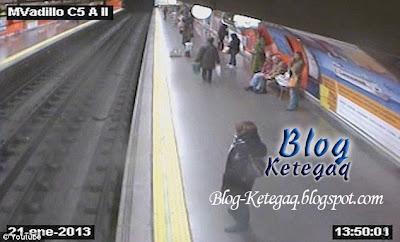 Detik cemas wanita terjatuh atas landasan kereta api