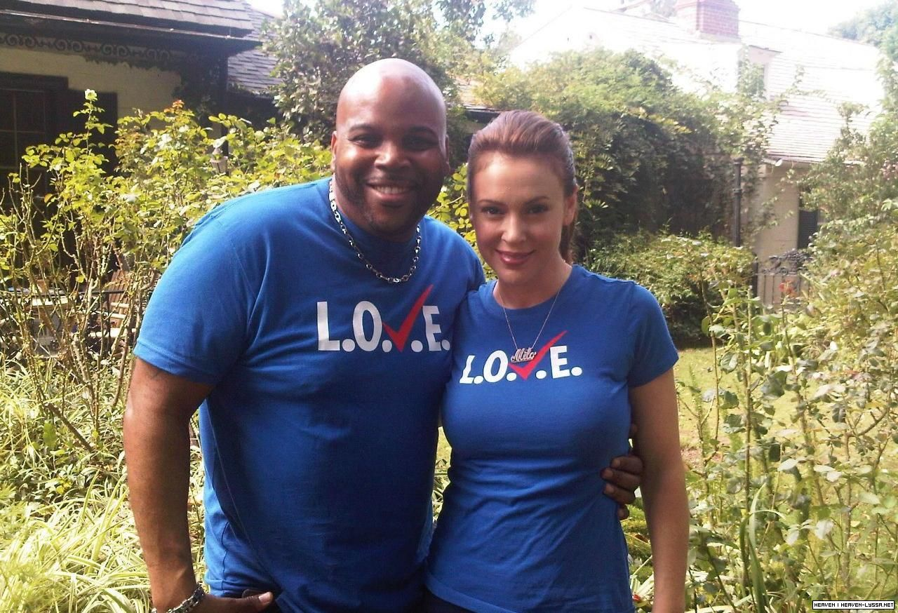 http://1.bp.blogspot.com/-Xtdvkz829dg/UFgW3BDd7dI/AAAAAAAAGt4/GXF28xA-2T4/s1600/alyssa-milano-2012-l.o.v.e.-on-the-set-photo-2.jpg