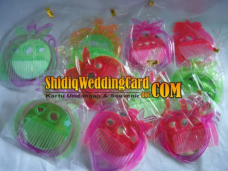 http://www.shidiqweddingcard.com/2014/02/souvenir-cermin-sisir-bulat.html