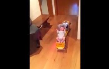 Αυτός ο μπαμπάς δεν παίζεται! Δείτε πως κοιμίζει το μωρό όταν είναι μόνος του!