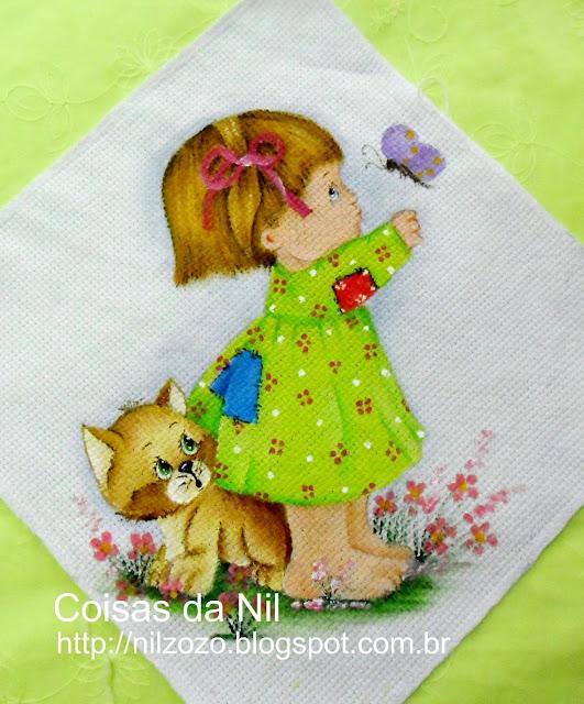 menina morehead com gato e borboleta pintados em fralda