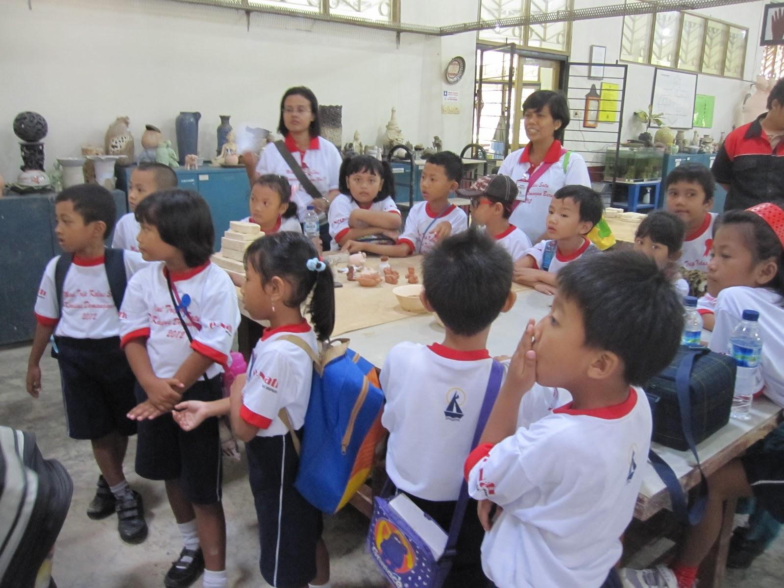 Dan anak-anak pun gembira membuat boneka keramik
