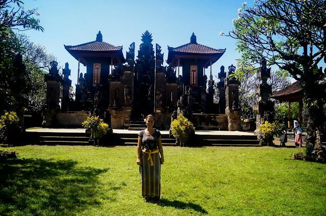 con el sarong en medawa karang