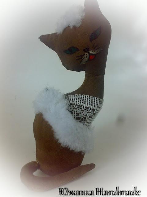 кофейная кошка статуэтка в белом платье
