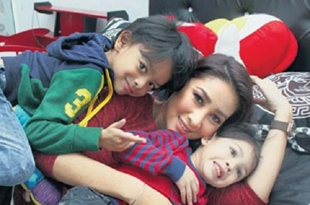 Rita Rudaini bersama 2 anak kesayangan.