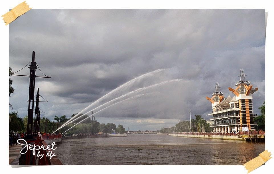 banjarmasin air show, barisan pemadam kebakaran memanaskan mesin