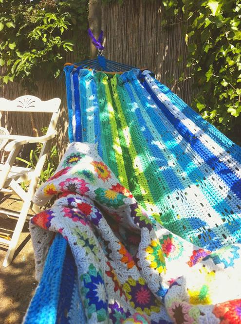 Crochet hammock pattern, photo by Saar en Mien | Happy in Red