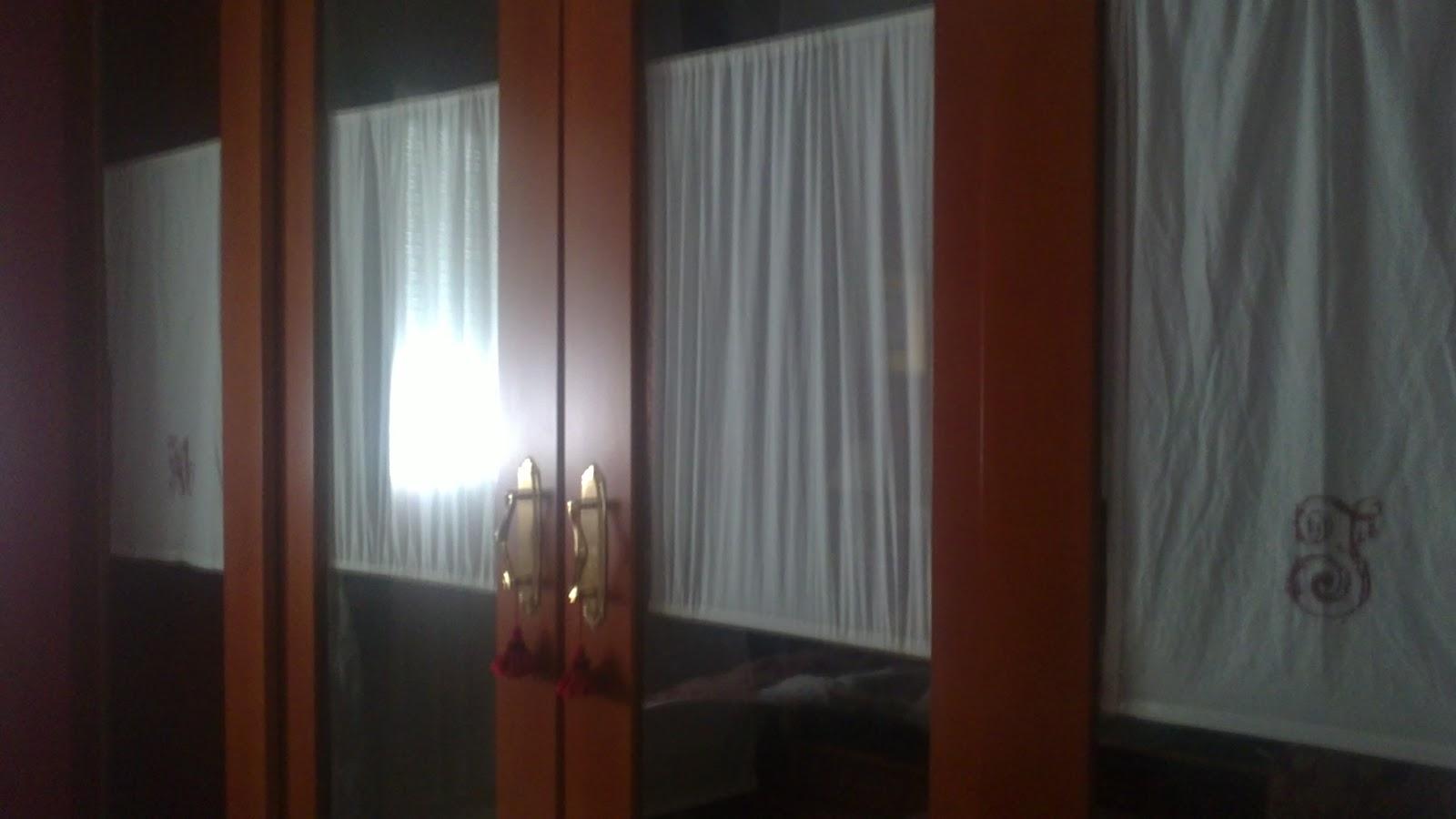 esta es la entrada a mi vestidor como las puertas son de cristal laminado decidi hacer unos visillos con tela de hilo y vahinicas con el tono granate de