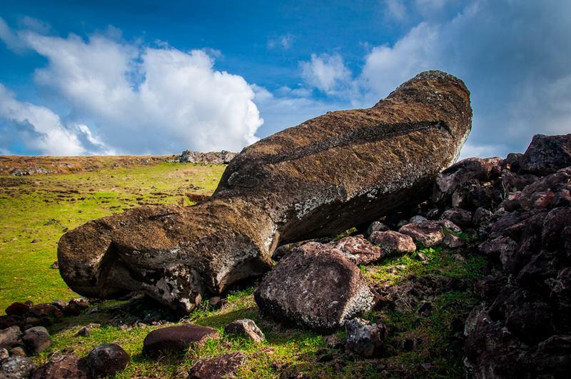 Moai caigut.