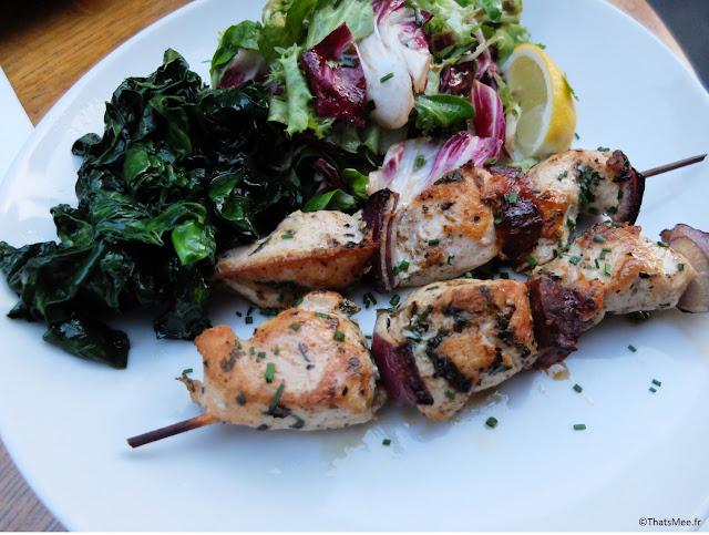 brochette poulet épinards huile d'olive salade mesclun resto Maison Mère Paris 9ème