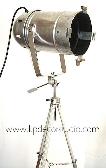 Lámparas sobre trípodes. Comprar focos antiguos estilo industrial. Focos para estudios.