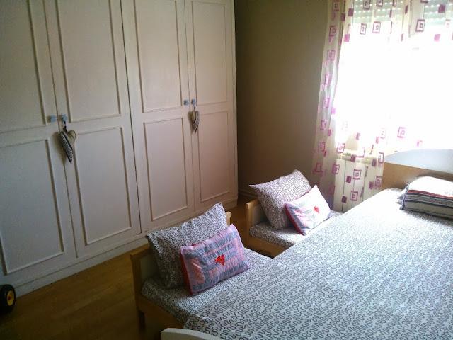 Un dormitorio de blancanieves con camas nido deslizantes for Cama nido de tres camas