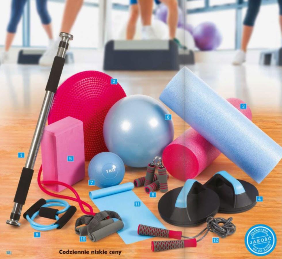 Akcesoria do ćwiczeń fitness z Biedronki drążek poduszka wałek uchwyty do pompek kostka do jogi piłka do fitnessu i pilatesu ściskacz do rąk ekspander taśma do fitnessu skakanka