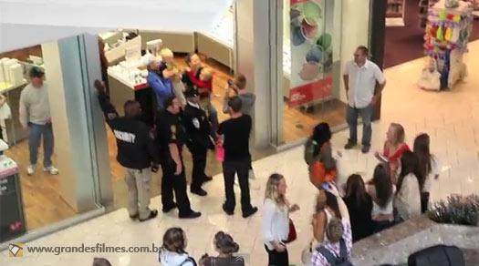 Rapaz se passa por ator de Homem-Aranha e pára um shopping