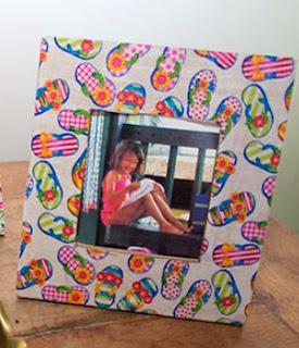 http://translate.googleusercontent.com/translate_c?depth=1&hl=es&prev=/search%3Fq%3Dhttp://www.viladoartesao.com.br/blog/2012/06/transforme-a-garrafa-pet-em-vaso-de-flores/%26safe%3Doff%26biw%3D1429%26bih%3D961&rurl=translate.google.es&sl=pt-BR&u=http://www.viladoartesao.com.br/blog/2014/07/como-fazer-um-porta-retrato-decorado-com-tecido/&usg=ALkJrhiY4bST_UVwMdqPnNAPos1Fe-xrtg