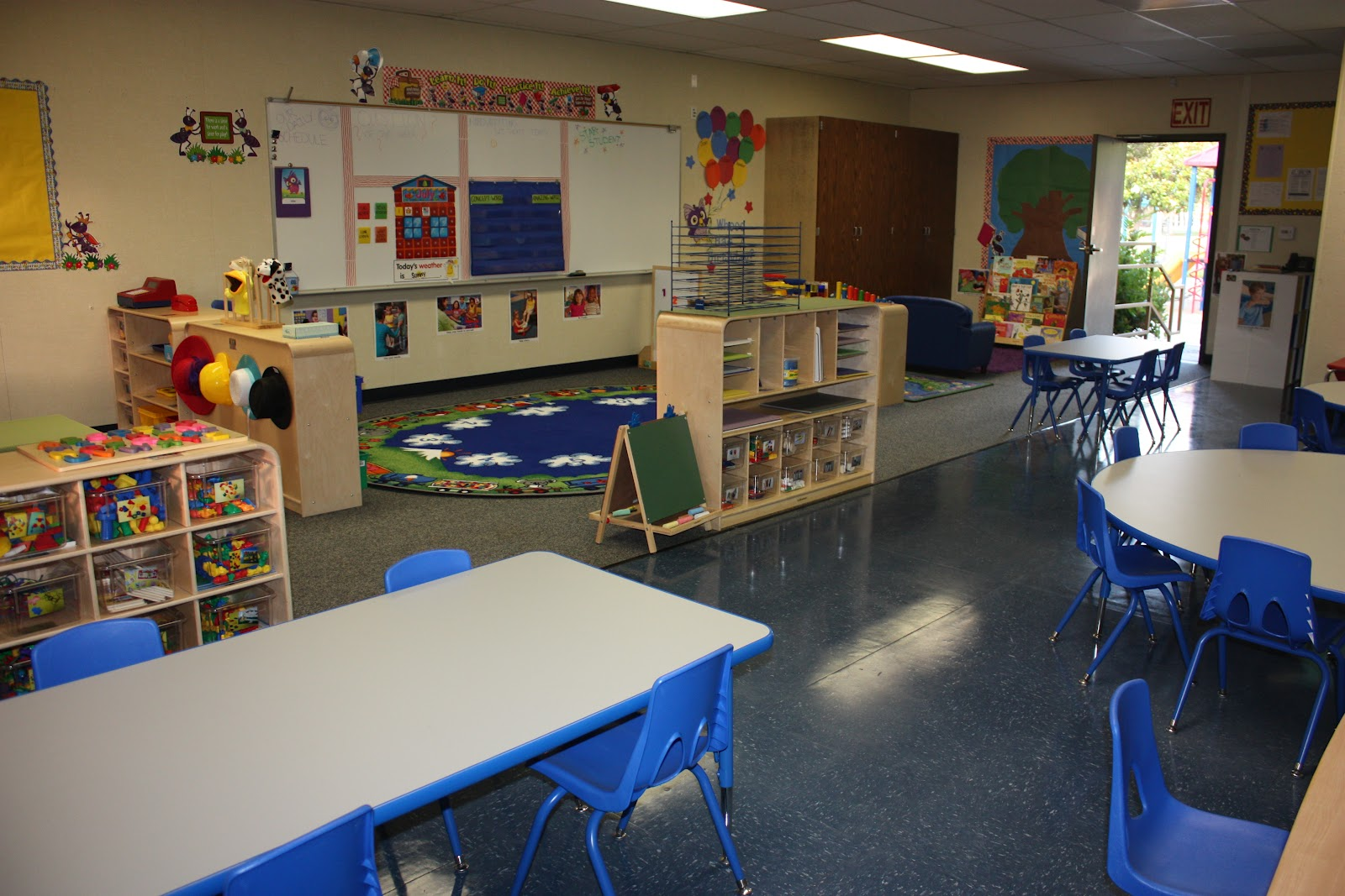 What kind of layout should a preschool classroom have?