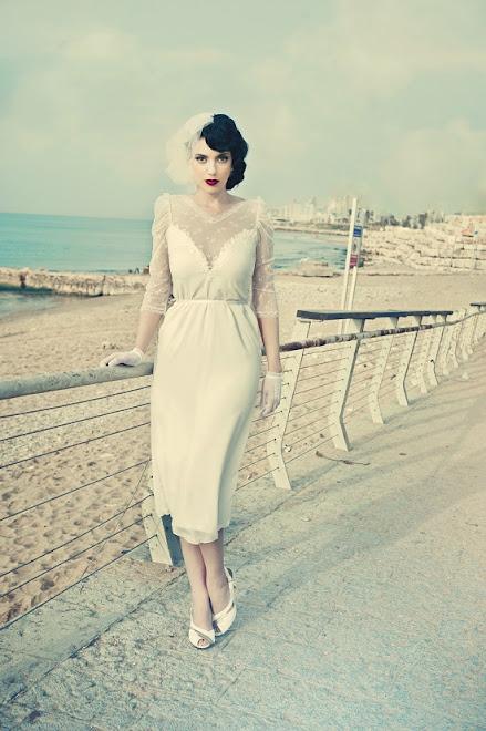 הלה בשמלת כלה קצרה