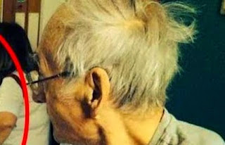 """ΣΟΚ: """"ΆΓΓΕΛΟΣ"""" σε φωτογραφία δίπλα σε ΕΤΟΙΜΟΘΑΝΑΤΟ άνδρα... [photo]"""
