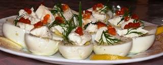 Закуска из яиц, сыра Филадельфия и красной икры