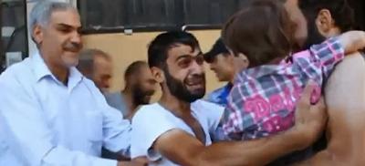 Συγκλονιστικό Βίντεο: Σύριος Πατέρας ξαναβρίσκει το αγοράκι του που νόμιζε νεκρό από τα χημικά.