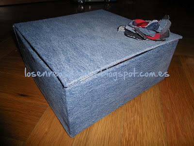 Caja realizada en cartonaje y forrada con tela vaquera